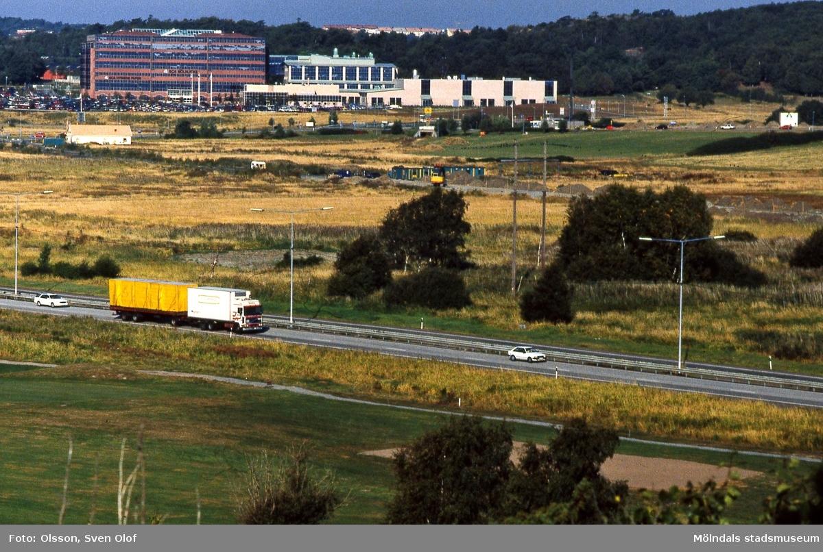 Del av Fässbergsdalen, Mölndal, i september 1996. Vy från Brudberget i Balltorp över Söderleden mot bebyggelse i Eklanda. FD 10:8.