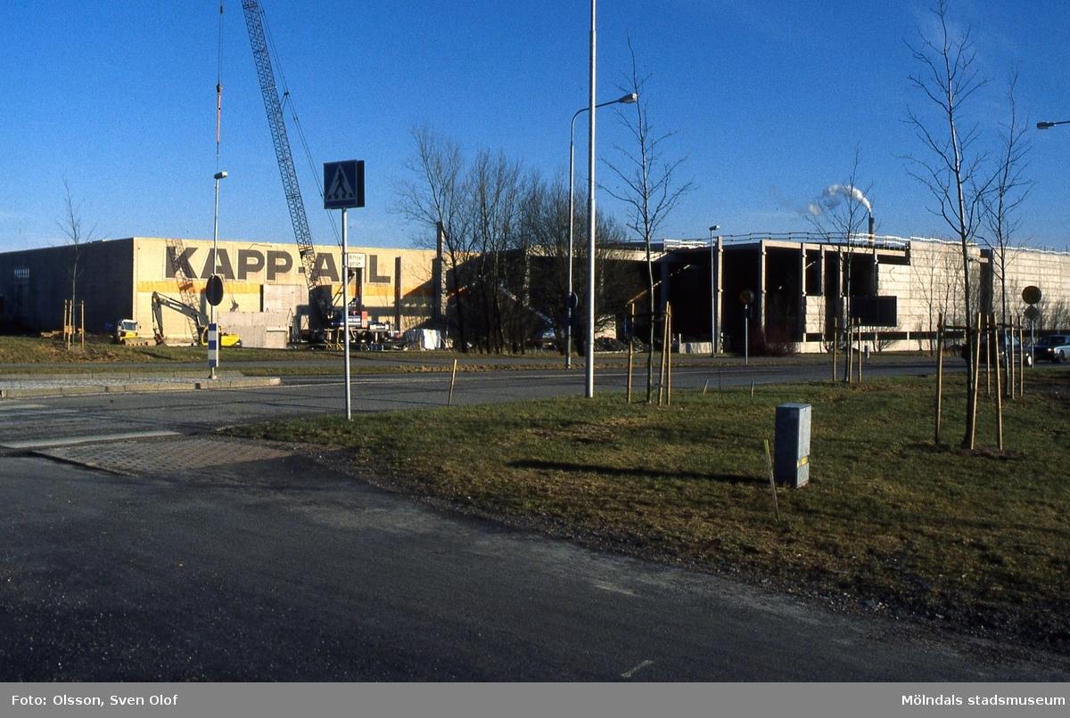 Kapp-Ahl bygger till sitt lager vid Idrottsvägen 16 i Åby, Mölndal, i februari 2001. I förgrunden ses Bifrostgatan. FD 11:17.