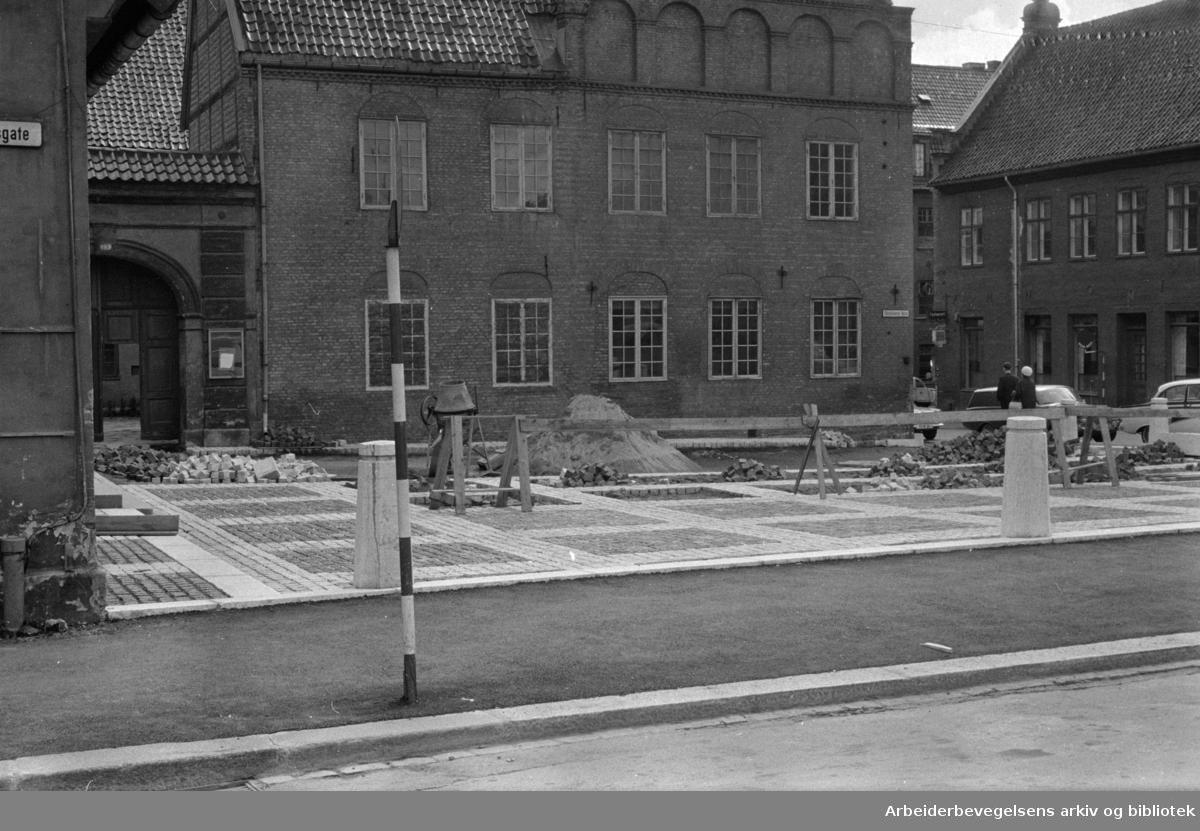 Det gamle Christiania Torg. Torget brusteinlegges. Juli 1964