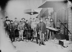Arbeidere ved raffineringsovnen nederst i smeltehytta på Rør