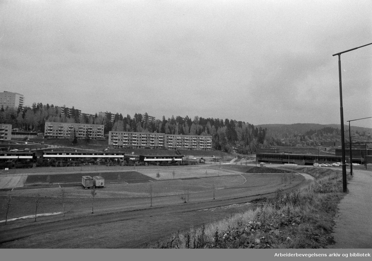 Bogerud. Idrettsanlegget ved Hustad skole. Oktober 1974
