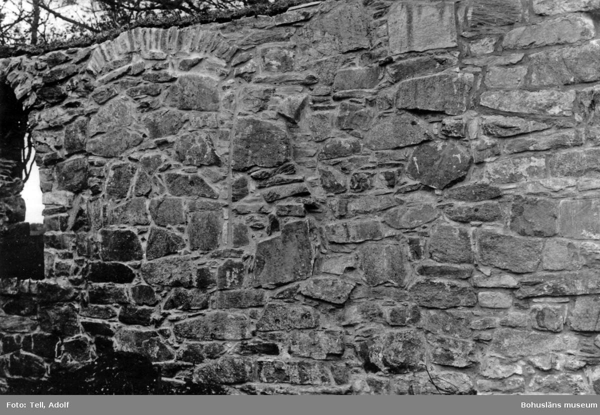 """Text till bilden: """"Ytterby kyrkoruin. Efter restaureringen  1927. Interiör med V muren och NV fönstret""""."""