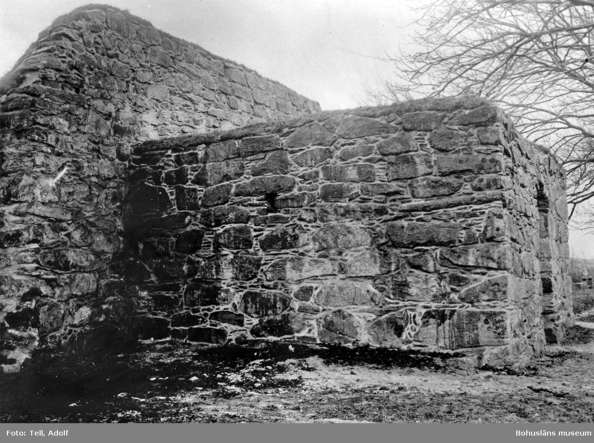 """Text till bilden: """"Ytterby kyrkoruin. Efter restaureringen  1927. Tornets N vägg och V gavel""""."""
