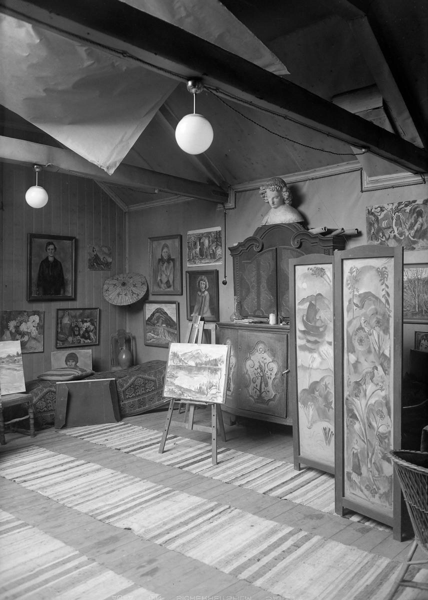 Kunstmaler Gustav Undersaker i sitt atelier