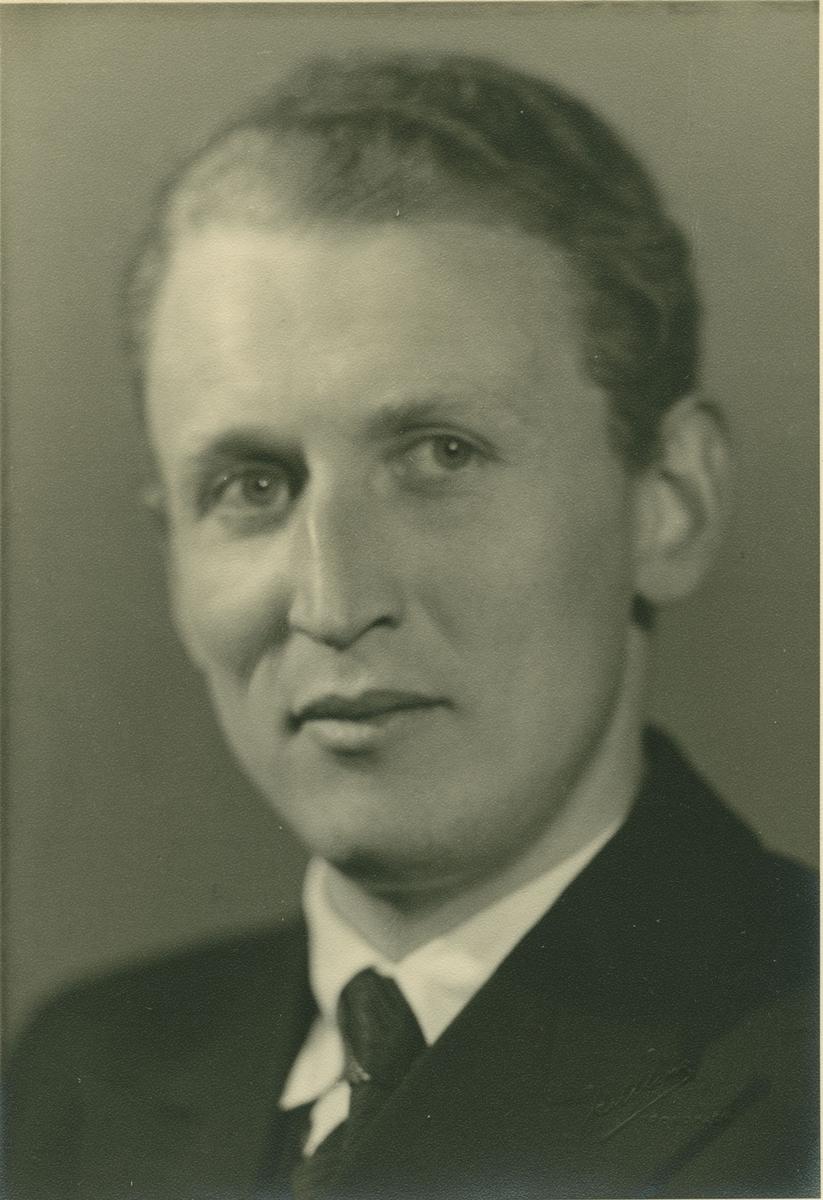 Bildet av Bjarne Hagen (1914-1946) er tatt på slutten av 30-tallet. Bildet av Hagen & Aas forretning er fra tidlig 60-tallet.