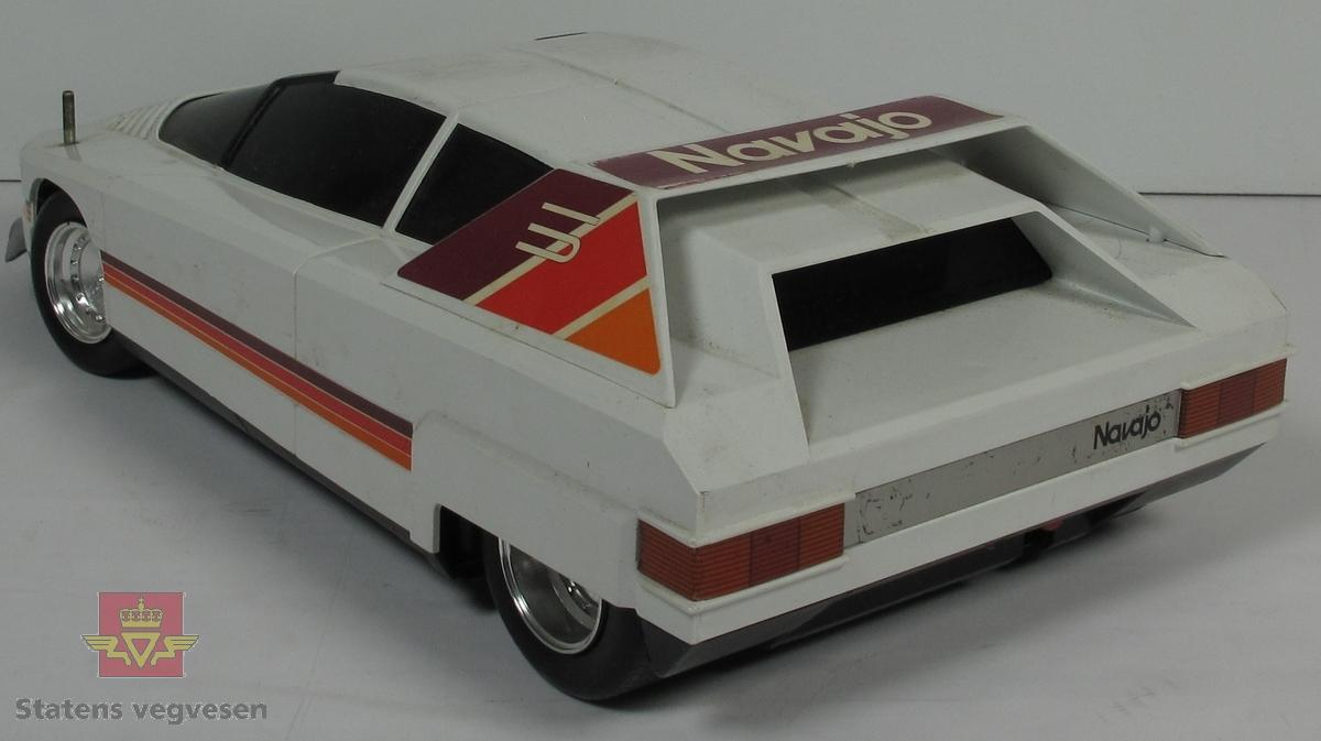 Miniatyr, lekebil i eske. Esken er laget hovedsakelig av papp og fargen er hovedsaklig Blå. Bilen er helt hvit. Skala. 1:12