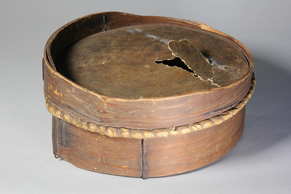 Sikt, 2 st, av trä, svept, med bottnar av skinn respektive rester av textil.