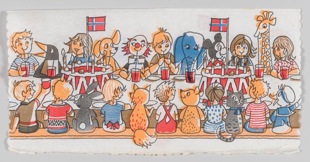 Et stort bursdagsselskap sitter rundt et langbord. Det er mange barn og forkjellige dyr. På bordet er det to store bursdagskaker med det norske flagg.