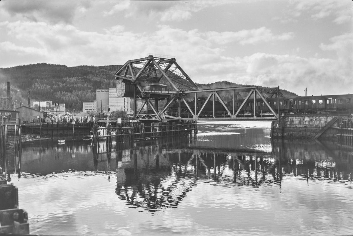 Forstadstog 1728 fra Trondheim til Støren på Skansen bru. Toget trekkes av damplokomotiv type 63a nr. 5846.