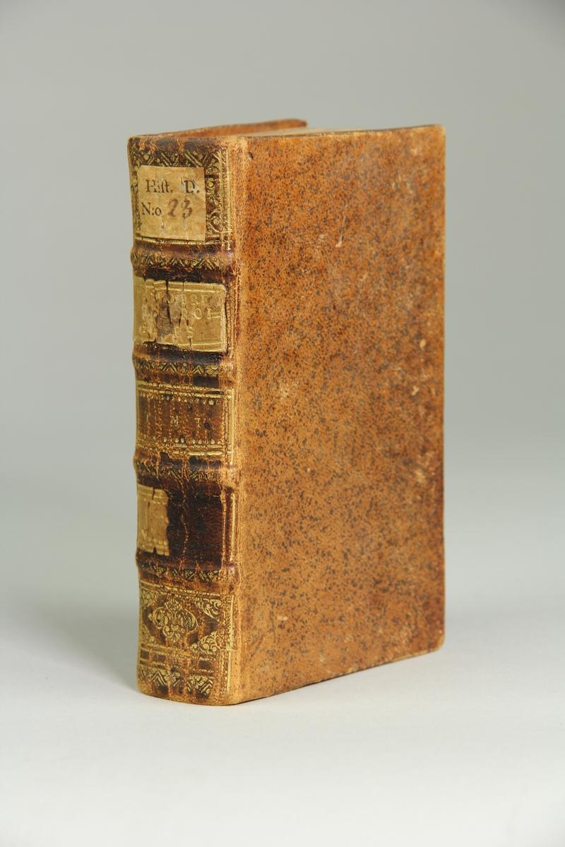 """Bok, helfranskt band, """"Histoire des croisades pour la delivrance de la terre sainte"""", del IV, skriven av Louis Maimbourg, utgiven i Paris hos Sebastien Mabre-Cramoisy 1731. Skinnband med blindpressad och guldornerad rygg i fyra upphöjda bind, titelfält med blindpressad titel , fält med volymens nummer, ett fält med ägarens initialer samt påklistrad pappersetikett. Med rödstänkt snitt."""