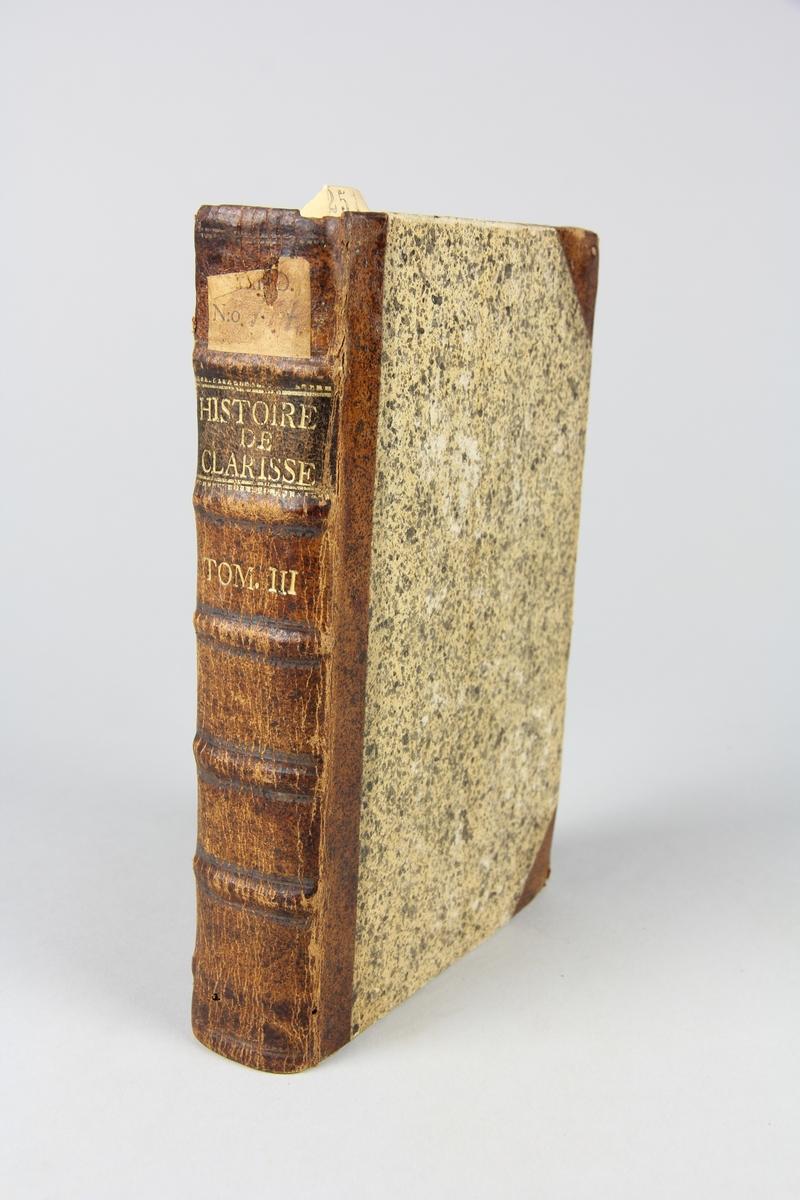 """Bok, halvfranskt band, """"Lettres angloises, ou Histoire de miss Clarisse Harlove"""", del 3, tryckt i Dresden 1751. Band med pärmar av papp med påklistrat stänkt papper, hörn och rygg av skinn med fem upphöjda bind, titelfält med blindpressad titel och fält med volymens nummer. Med rött snitt. Påklistrad pappersetikett med samlingsnumret."""
