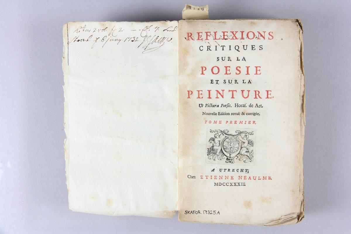 """Bok, häftad, """"Reflexions critiques sur la poésie et sur la peinture"""" del 1. Pärmar av marmorerat papper, oskuret snitt. Etikett med samlingsnummer. Anteckning om inköp."""