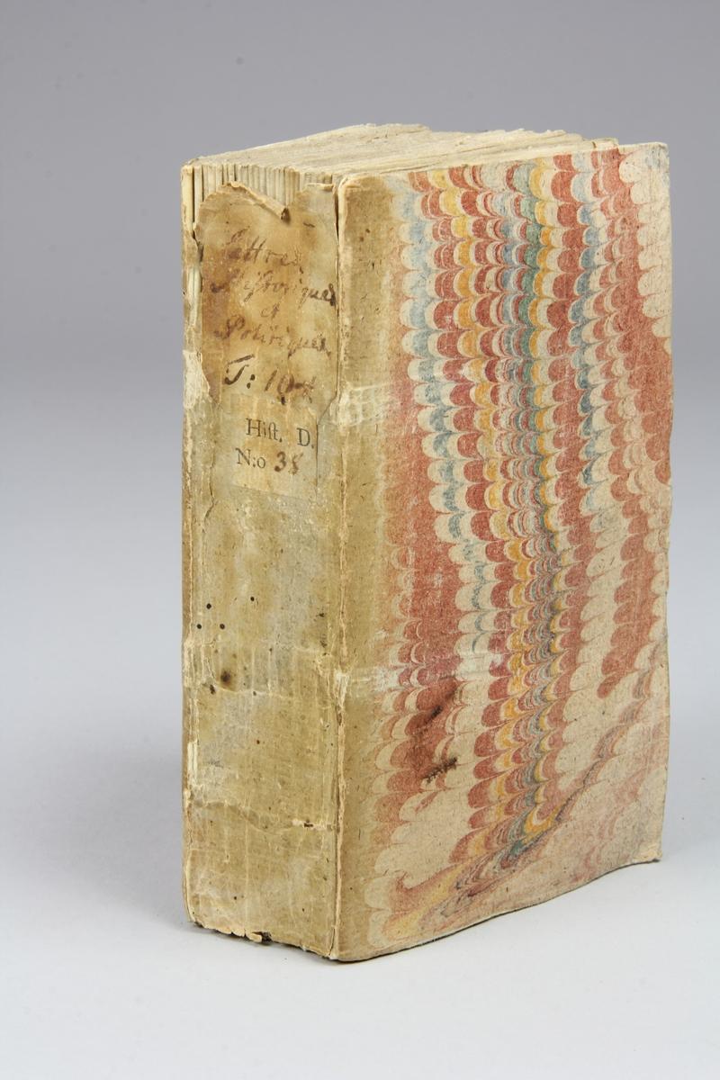 """Bok, häftad, """"Lettre historique et politique"""",  del 104, tryckt 1738 i Amsterdam. Pärmar av marmorerat papper, blekt rygg med påklistrade etiketter med titel och samlingsnummer. Oskuret snitt. Anteckning om inköp på pärmens insida."""