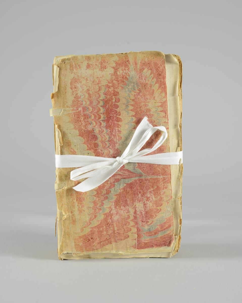 """Bok, pappband, """"Mémoires de mademoiselle de Montpensier"""", del 1-2, tryckt 1735 i Amsterdam. Marmorerade pärmar, blekt rygg med etiketter med bokens titel, närmast utplånad, och nummer. Oskuret snitt. Plansch. Med anteckning om inköp."""