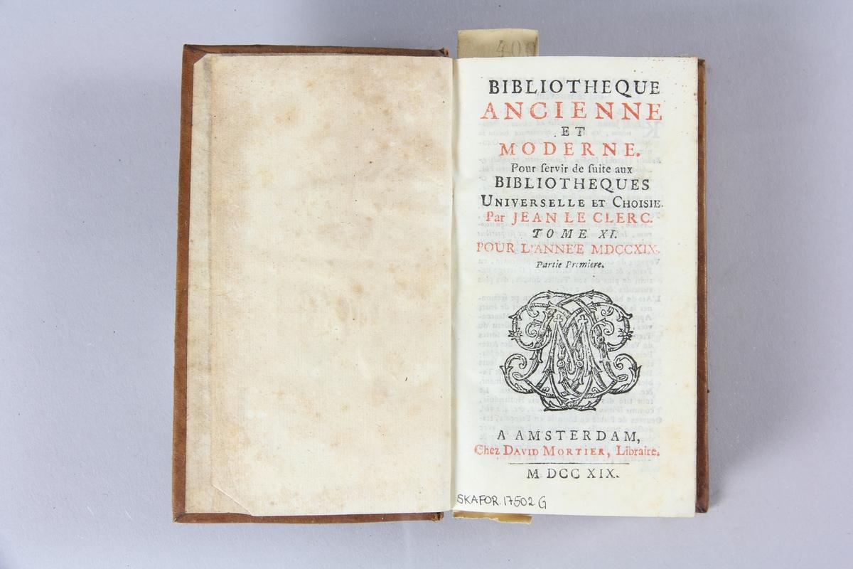 """Bok, helfranskt band """"Biblioteque ancienne et moderne"""" del 11, tryckt i Amsterdam 1719. Skinnband med blindpressad och guldornerad rygg i fyra upphöjda bind, nött fält med volymens nummer samt påklistrad pappersetikett med samlingsnummer. Rödstänkt snitt."""