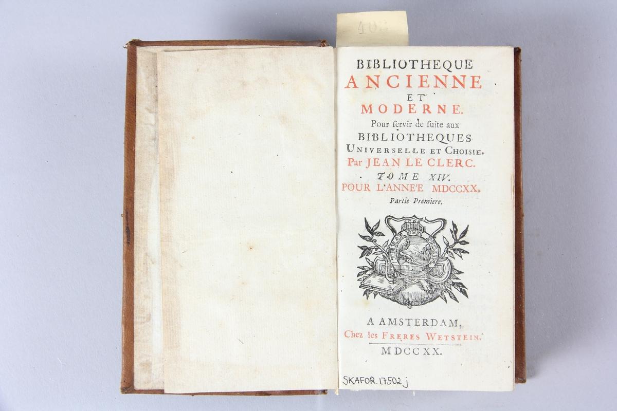 """Bok, helfranskt band """"Biblioteque ancienne et moderne"""" del 14, tryckt i Amsterdam 1720.  Skinnband med blindpressad och guldornerad rygg i fyra upphöjda bind, nött fält med volymens nummer samt påklistrad pappersetikett med samlingsnummer. Rödstänkt snitt."""