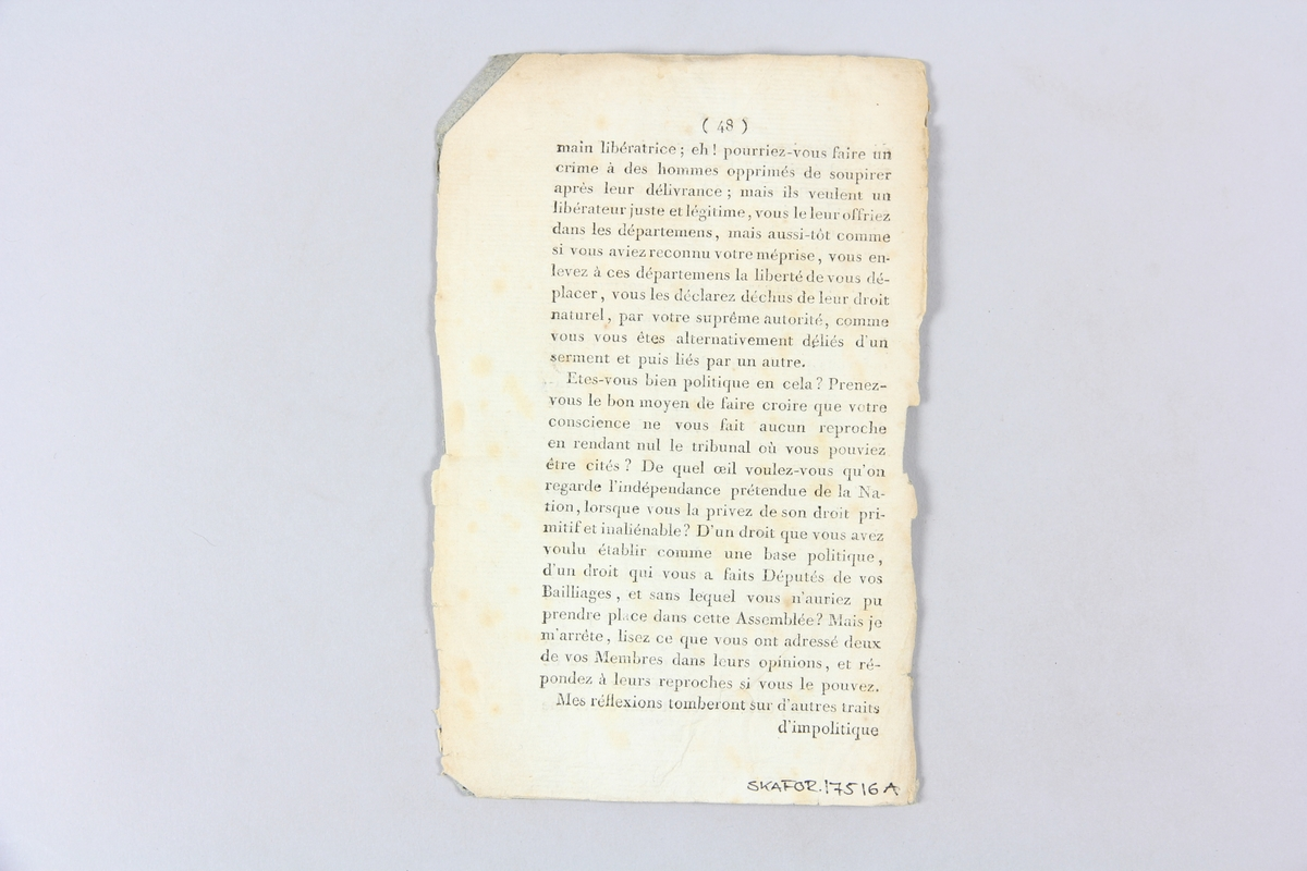 """Bok, """"Mémoires historiques de Stéphanie-Louise de Bourbon-Conti"""", del 1, tryckt 1797 i Paris. Pärmar av blågrått papper, på insidan klistrade sidor ur annan bok. På ryggen tryckt etikett med titel och samlingsnummer. Skuret snitt. Blekt rygg."""