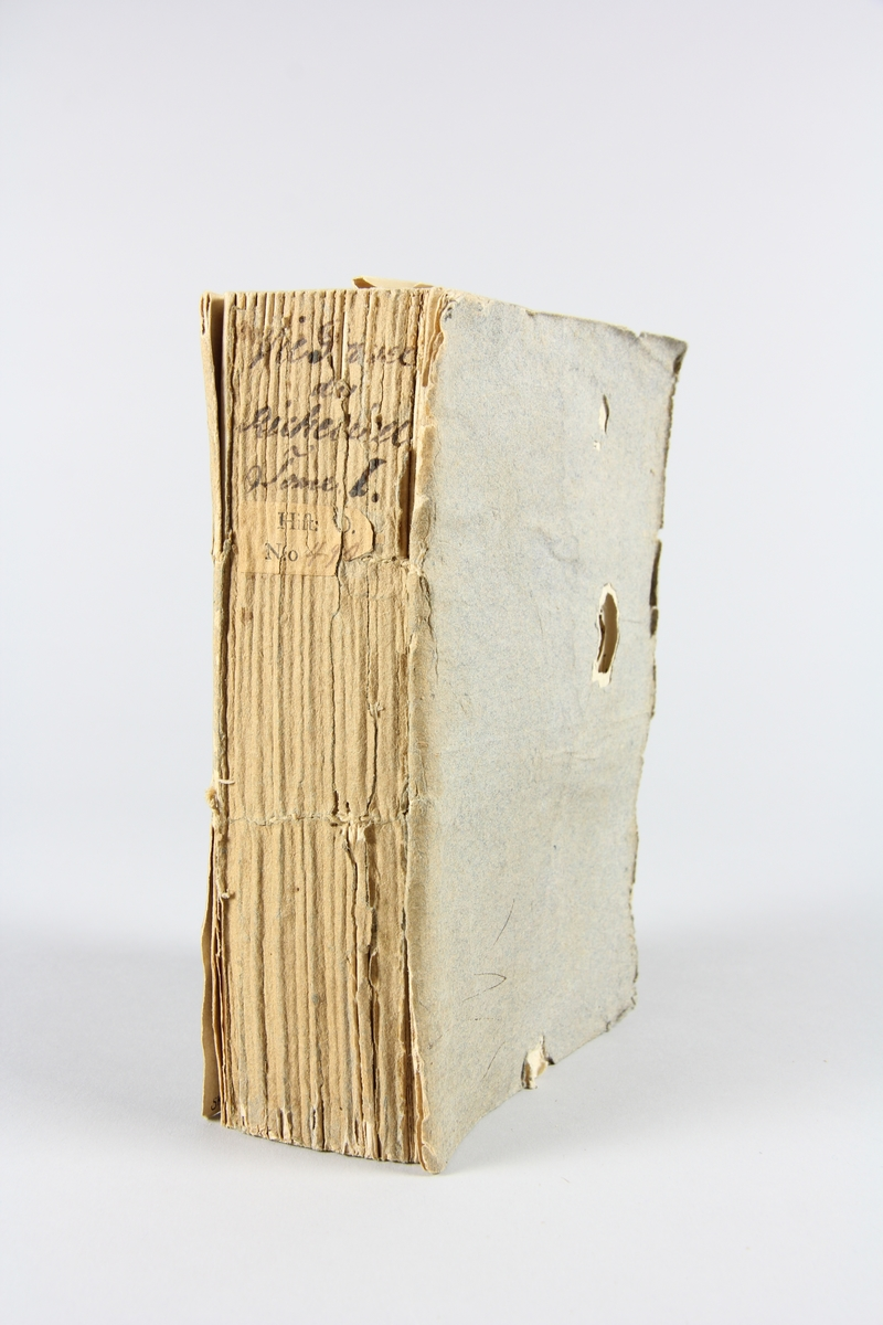 """Bok, häftad, """"Vie privée du Maréchal de Richelieu"""", del 1, tryckt 1792 i Paris. Pärmar av gråblått papper, på insidan klistrade sidor ur annan bok. Blekt rygg med bokens titel samt etikett med samlingsnummer. Skuret snitt."""