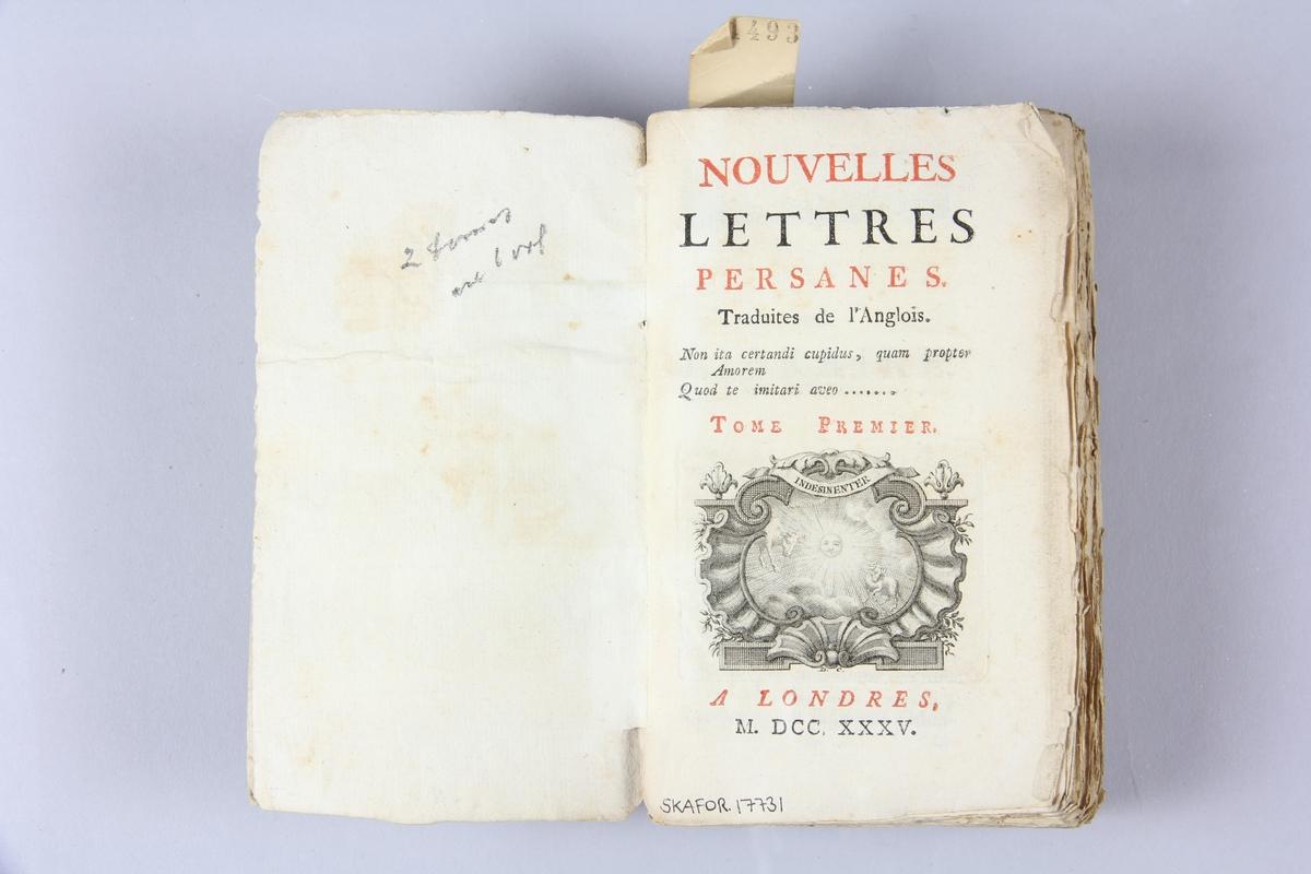 """Bok, häftad, """"Nouvelles lettres persanes"""", del 1-2,  tryckt i London 1735. Pärm av marmorerat papper, oskurna snitt. På ryggen etiketter med  titel och samlingsnummer."""