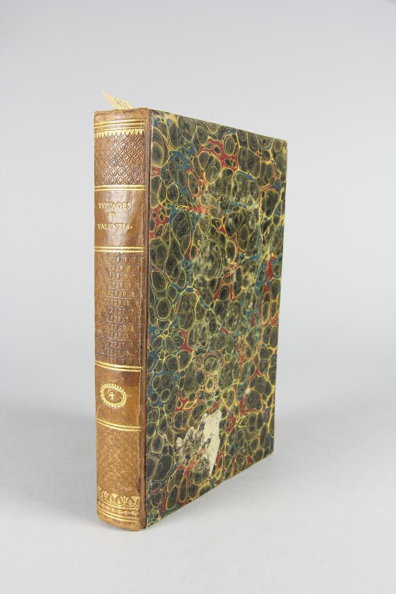 """Bok, halvfranskt band, """"Voyages dans l'Hindoustan, à Ceylan ..."""" del 4. Pärmar klädda med marmorerat papper, rygg och hörn av skinn. På ryggen präglad titel och volymens nummer."""