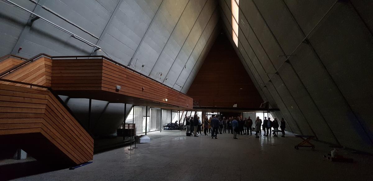 interiør i båthallen. Gruppe med mennesker inni et pyramide bygg. (Foto/Photo)