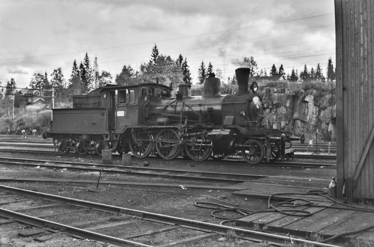 Damplokomotiv type 21c nr. 374 ved lokomotivstallen på Kongsvinger.