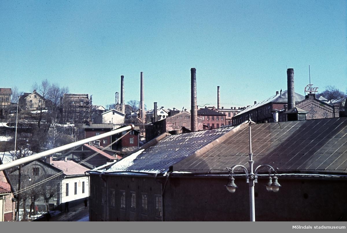 Industribebyggelse vid Kvarnbygatan i Mölndals Kvarnby. Okänt årtal. I förgrunden ses en av SOAB:s byggnader med adress Kvarnbygatan 6. I nederkant till vänster ses Götiska förbundets friskola med adress Kvarnbygatan 49. Lägg även märke till gatlyktan, som har återuppförts i Kvarnbyn.
