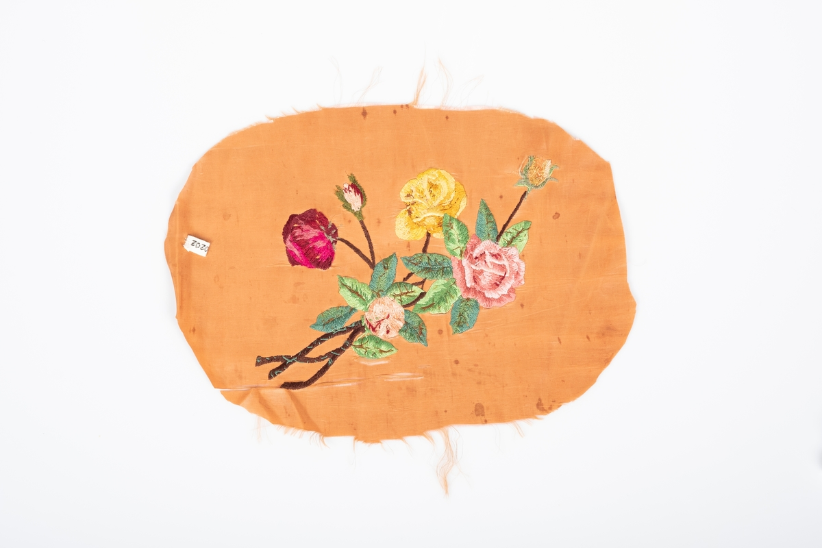 Brodering av en bukett med roser i forskjellige farger; lilla, rosa, gul og oransje.