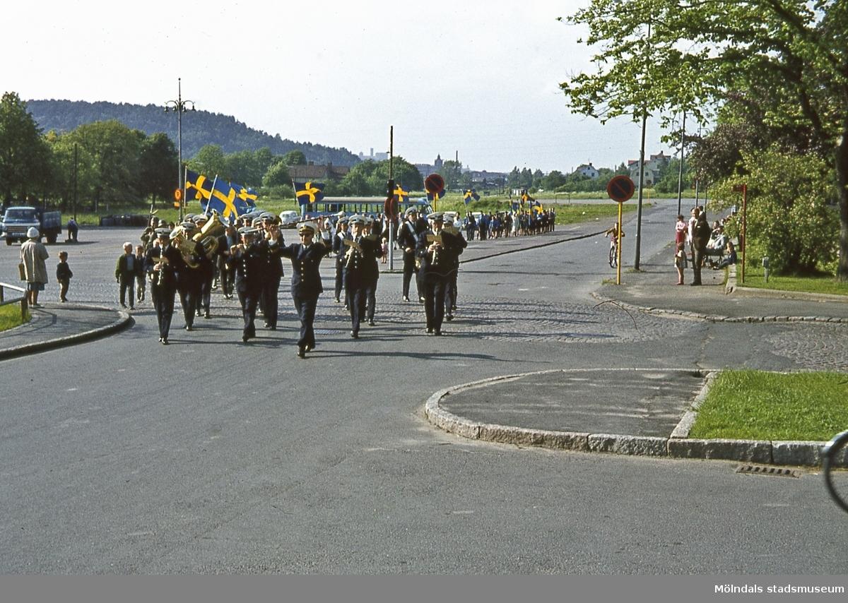 Nya Torget i Trädgården, Mölndal, på svenska flaggans dag, den 6/6 1964. Tåget samlades vid torget och marscherade till Kvarnbyvallen. D 1:17.