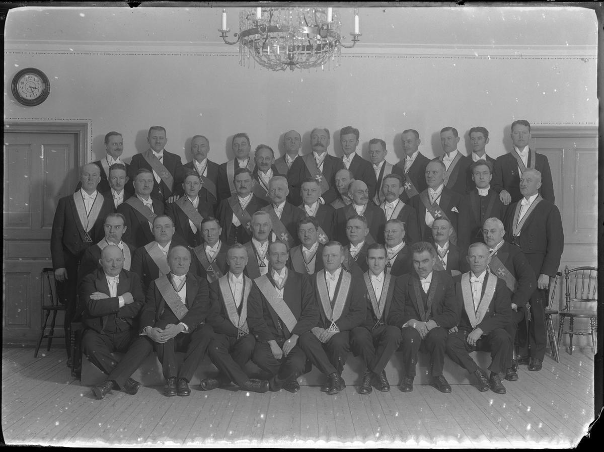Gruppbild på Tempelriddare i svarta kostymer och ordensband.