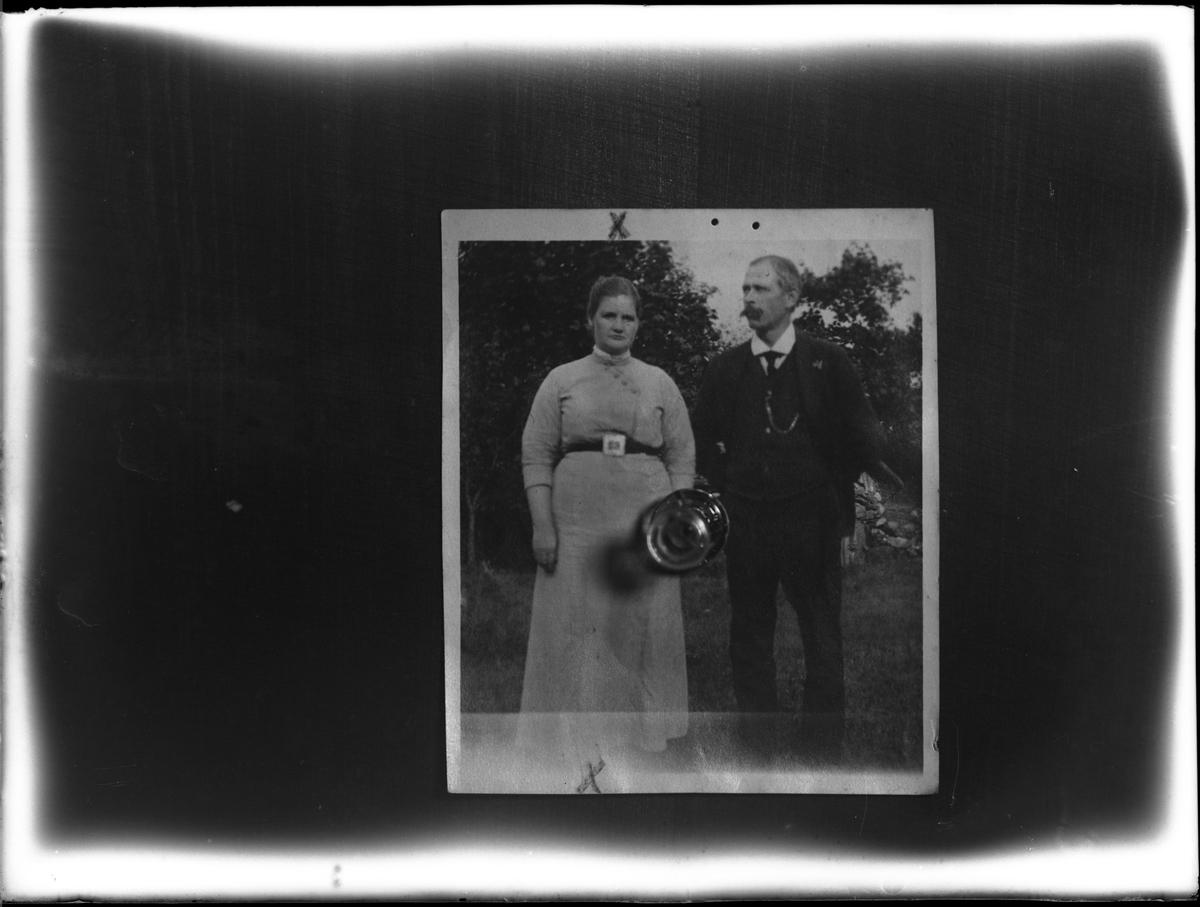 """Reprofotografi av ett foto föreställande en man och en kvinna. Reprofotografiet är en beställning av """"Wiberg""""."""