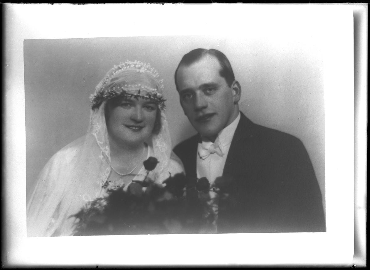 """Reproduktionsfotografi av porträtt på ett brudpar. I fotografens egna anteckningar står det """"Rep. för Kööhler""""."""