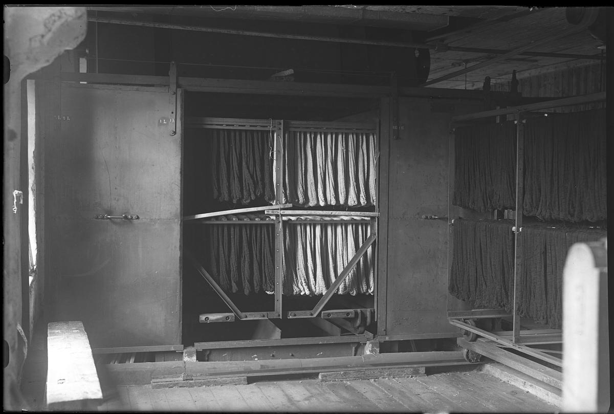 Verksamhetsbild från Nääs Fabriker där textilier hänger på tork.