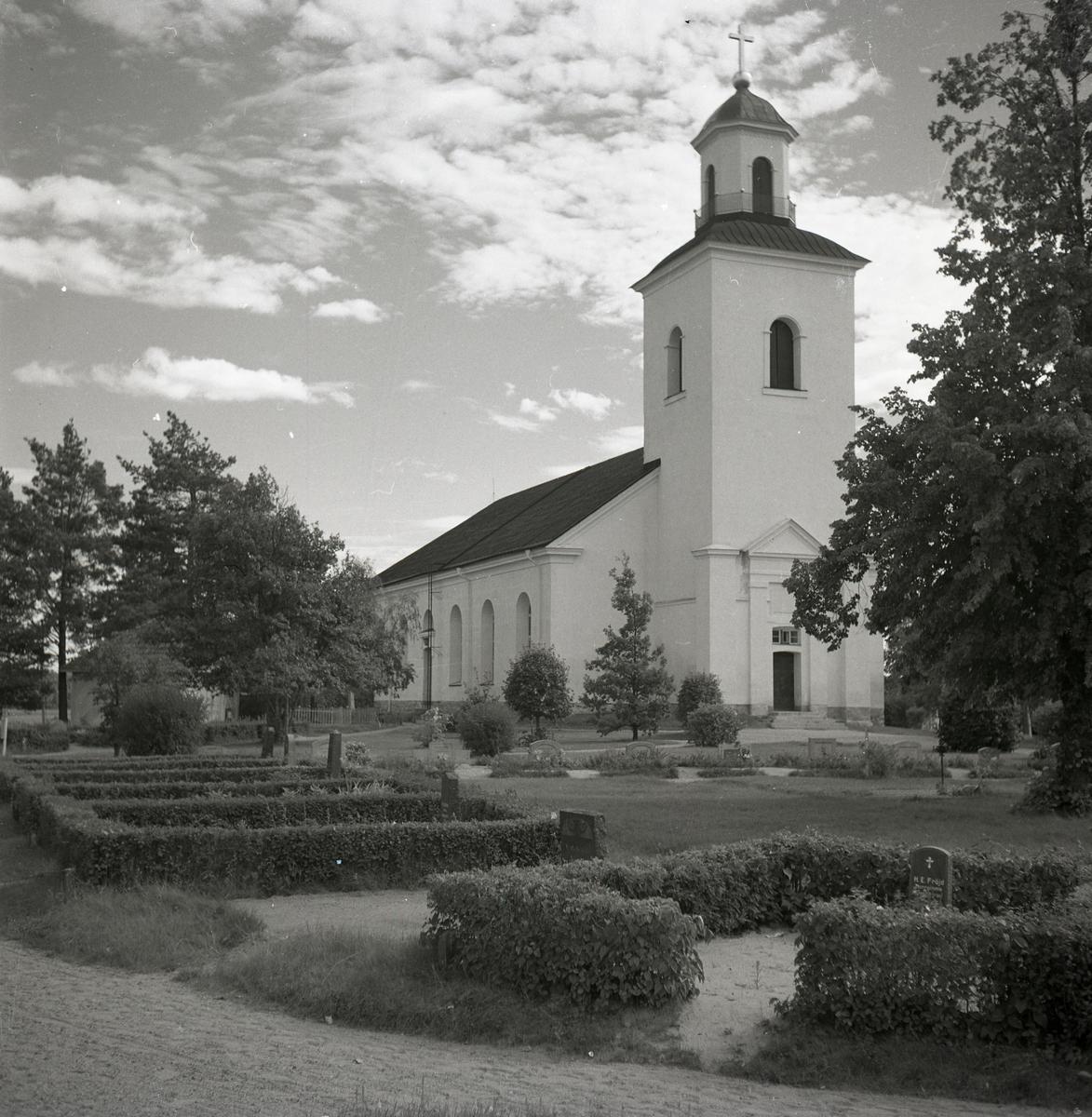 Bergsjö kyrka med kyrkogården framför kyrktornet.