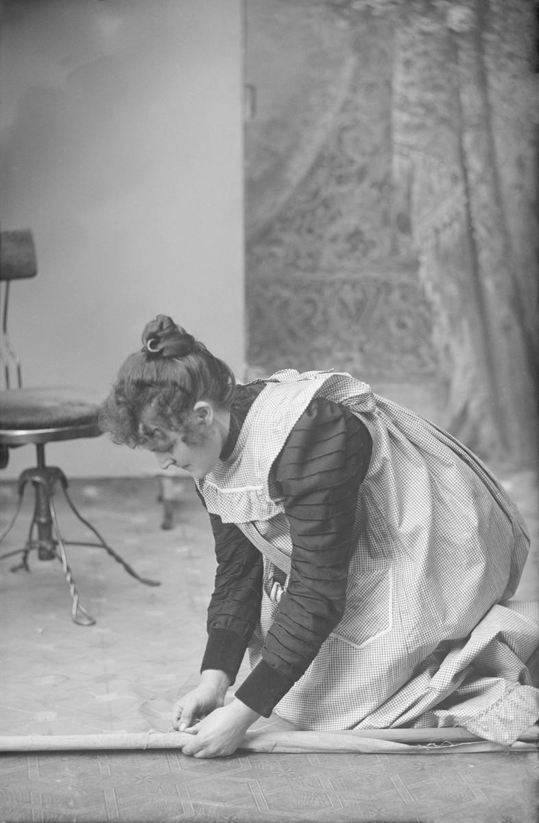 Portrett, kvinne Mathea Baadstø, atelierbilde