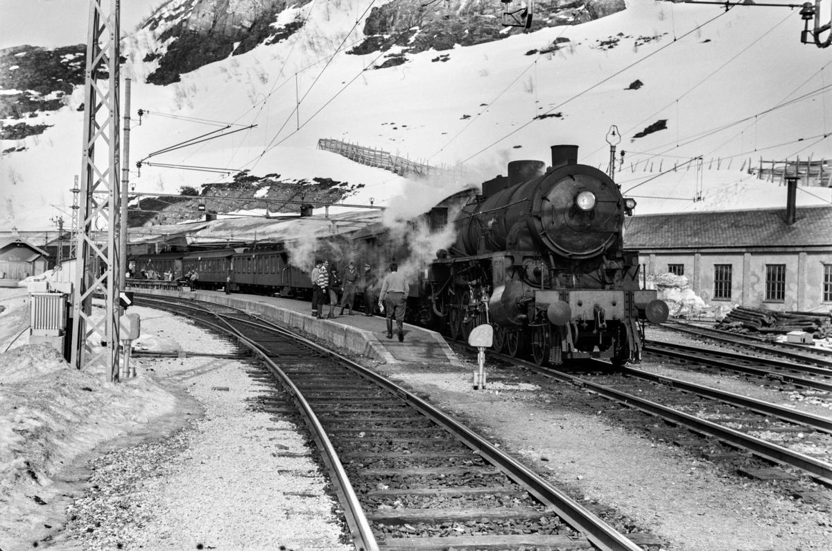 Påsketog retning Bergen, tog 7683, på Myrdal stasjon. Toget trekkes av damplokomotiv type 31b nr. 428.