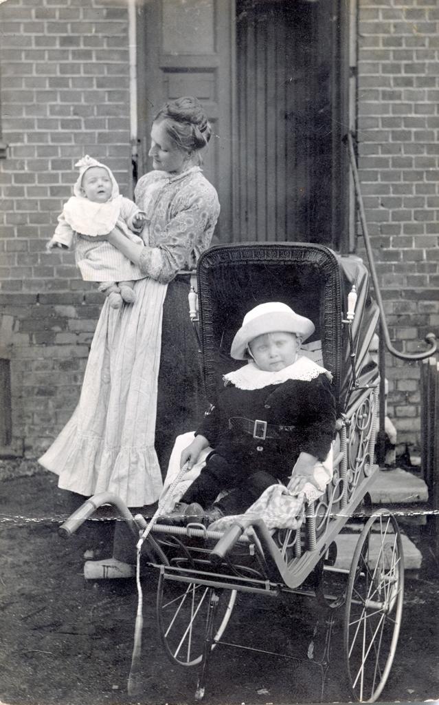 Mariana med Helge och Agnes, fotografens fru och barn.