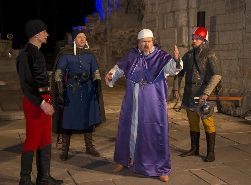 Biskop Mogens taler til sine medborgere før han tas til fange, soldatene står bak og venter.
