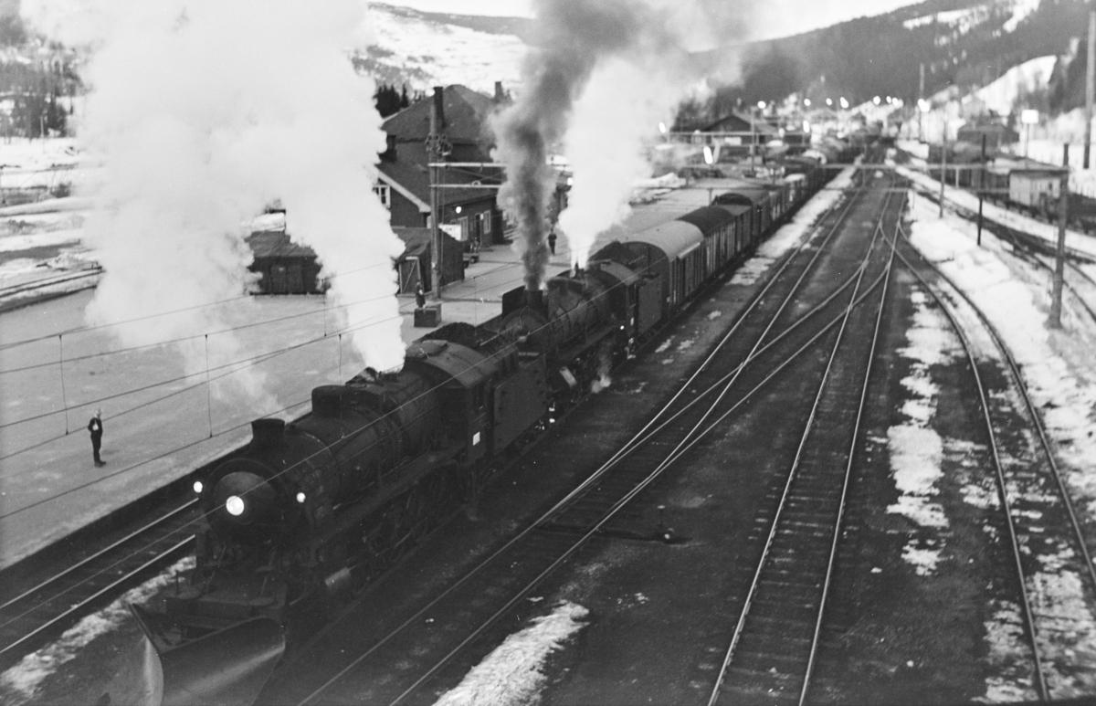 Godstog til Bergen på på Ål stasjon. Toget trekkes av damplokomotiv type 31b nr. 453 og 31a nr. 320.