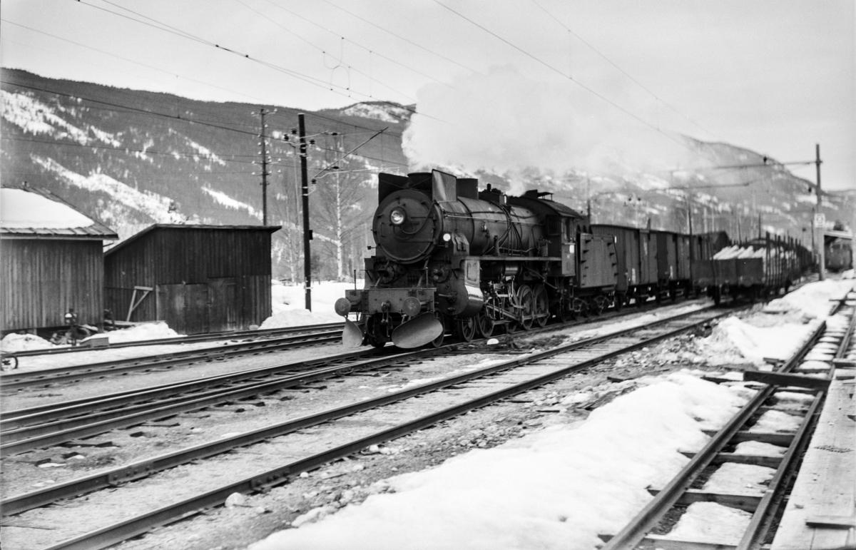 Godstog 5504 fra Bergen til Oslo kjører inn på Nesbyen stasjon. Toget trekkes av damplokomotiv type 31b nr. 447.