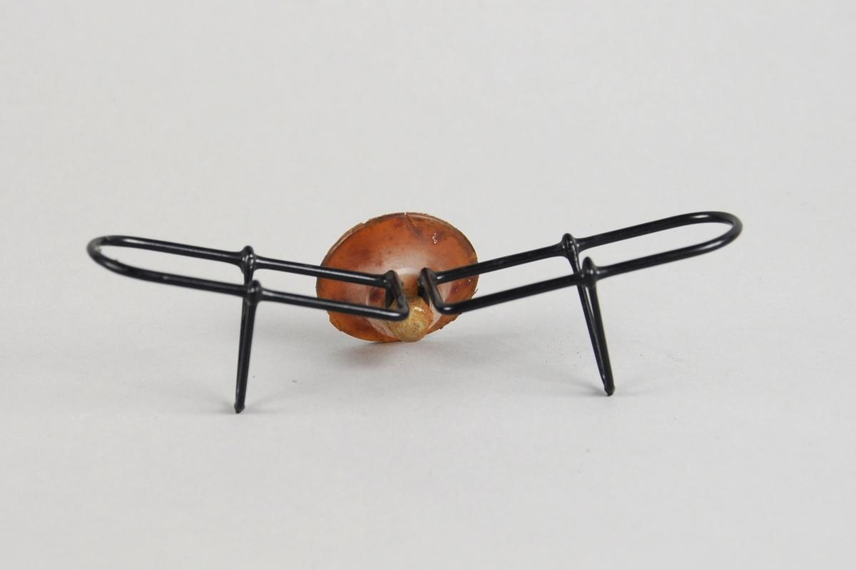 Stativ av ståltråd kledd med plast til å sette brillene i, for bil. Stativet festes med sugekopp.