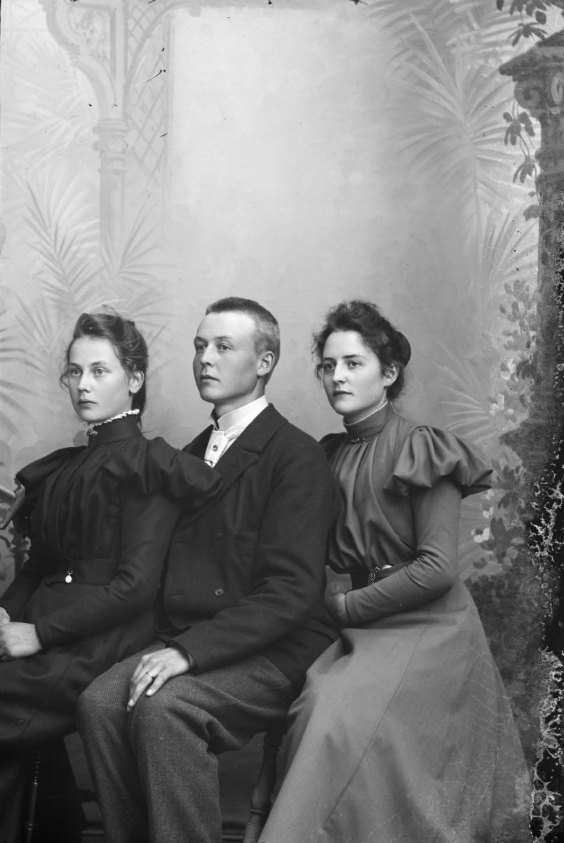 Portrett av Kristian Dahl og to søstre.