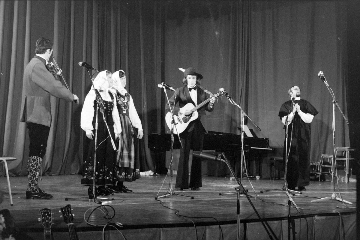 Musikere og skuespillere på scenen under Festspillene i 1975.