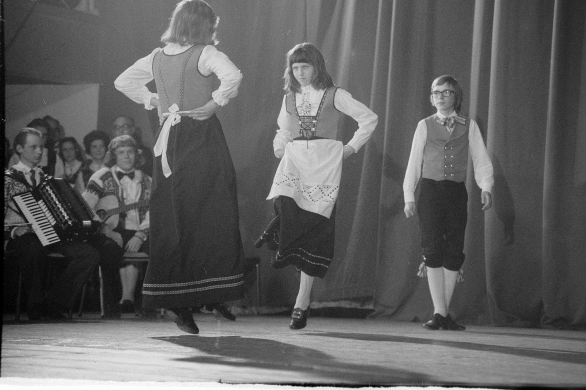 Dansere på scenen under Festspillene i 1975.