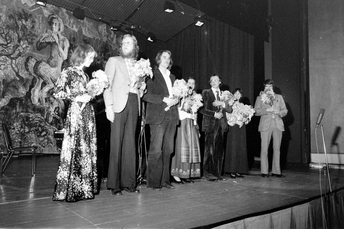 Deltagere på scenen i forbindelse med amatørkonkurranse under FINN 1975.