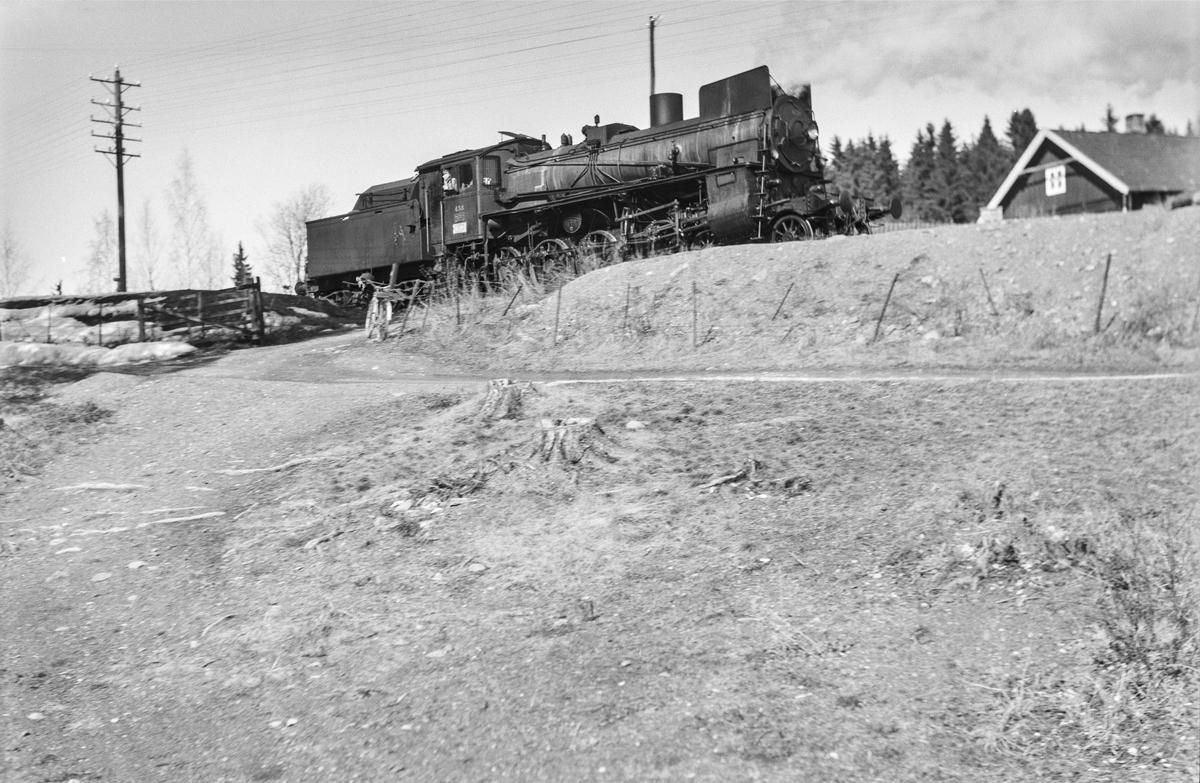 Damplokomotiv type 26c nr. 438 nord for Furuberget mellom Jessnes og Hamar.