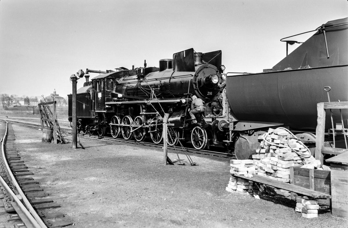 Nymalt og nyrevidert damplokomotiv type 26a nr. 216 på Marienborg.