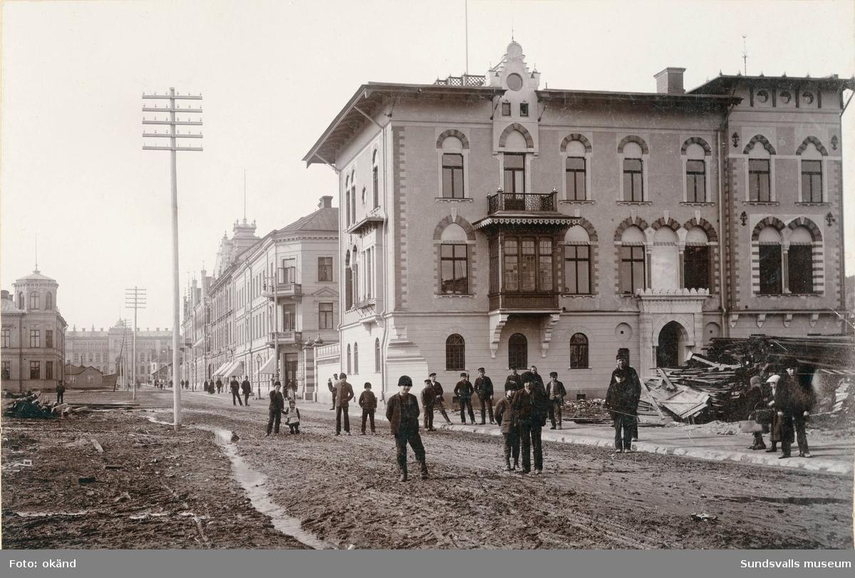 Det Wikströmska huset vid Esplanaden-Köpmangatan, uppfört 1892. Arkitekt: Adolf Emil Melander. Läroverket i fonden. Huset ser nyuppfört ut, rivningsvirke från ett äldre hus ligger framför huset.