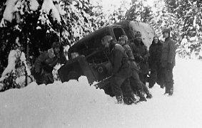 Terrängbil m/1942 M, Klöckner. I diket, vinterbild.