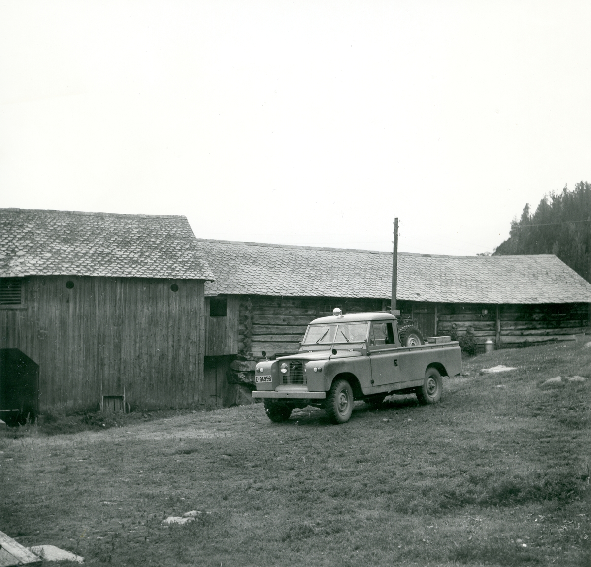 Land Rover utanfor bygningar på Granlund (Belsheim), 83/4, Vang i Valdres